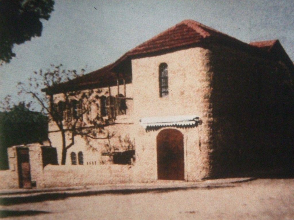 """משכנו הראשון של ביה""""ס בעיר החדשה ברחוב הרב קוק פינת ה""""נביאים"""" לימים שכן בבית בית קפה פת"""