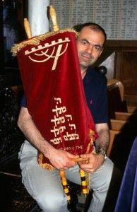ספר התורה על שם אליהו חכים ואליהו בית צורי בידיו של איתן ויטלזון