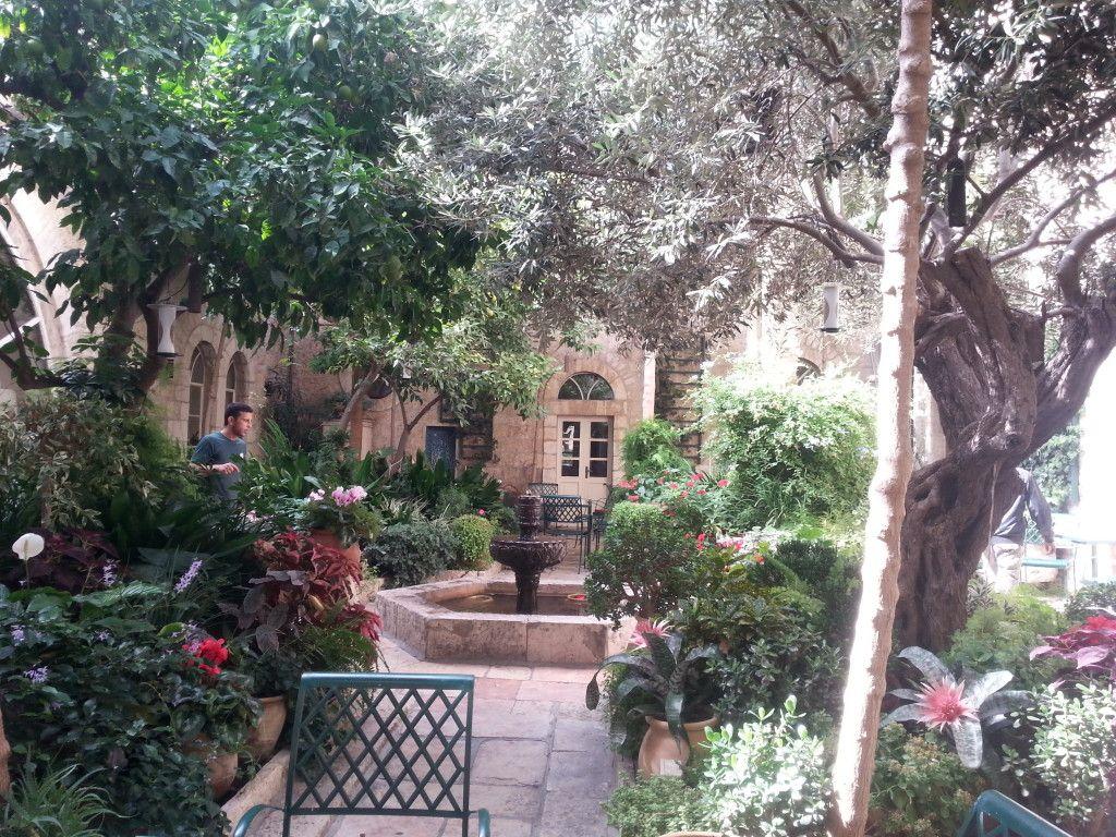 הגינה הפנימית במלון אמריקן קולוני