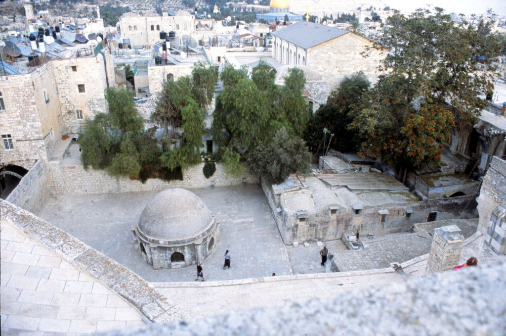 גג קפלת הלנה.  בתמונה כיפת הקפלה ומימינה המנזר האתיופי