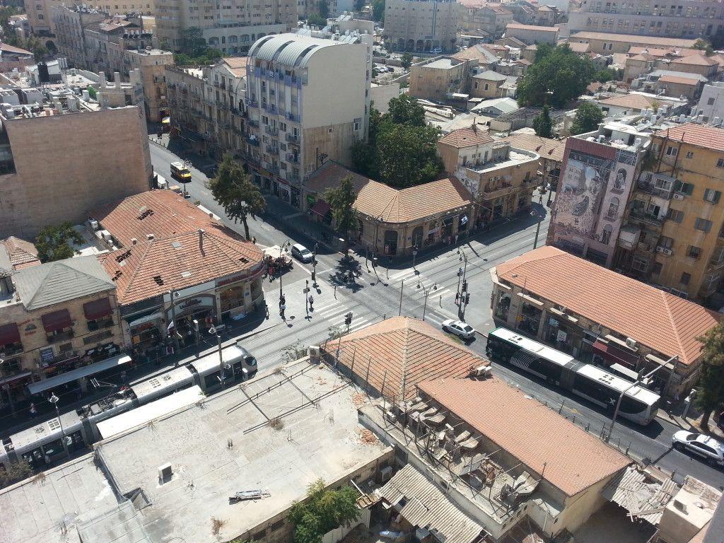 תצפית לעבר צומת האיקסים ממרומי המגדל העומד ברחוב שטראוס 4