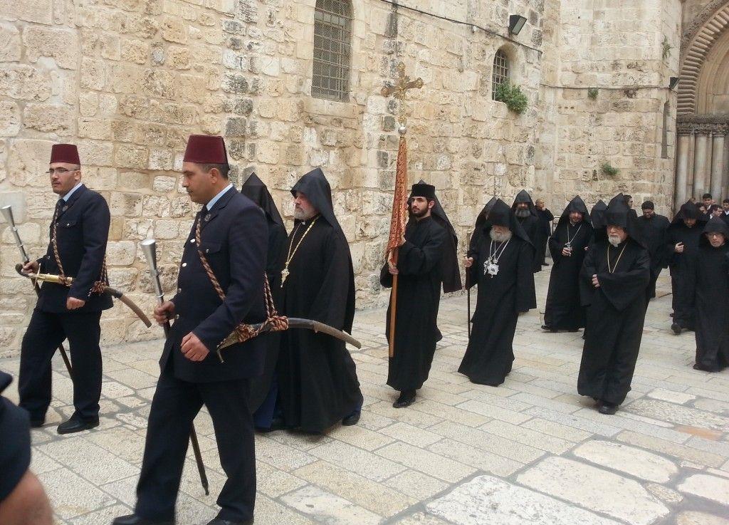 הפטריארך הארמני בליווית קוואסים (שומרי ראש) ופמליה ביציאה מכנסית הקבר
