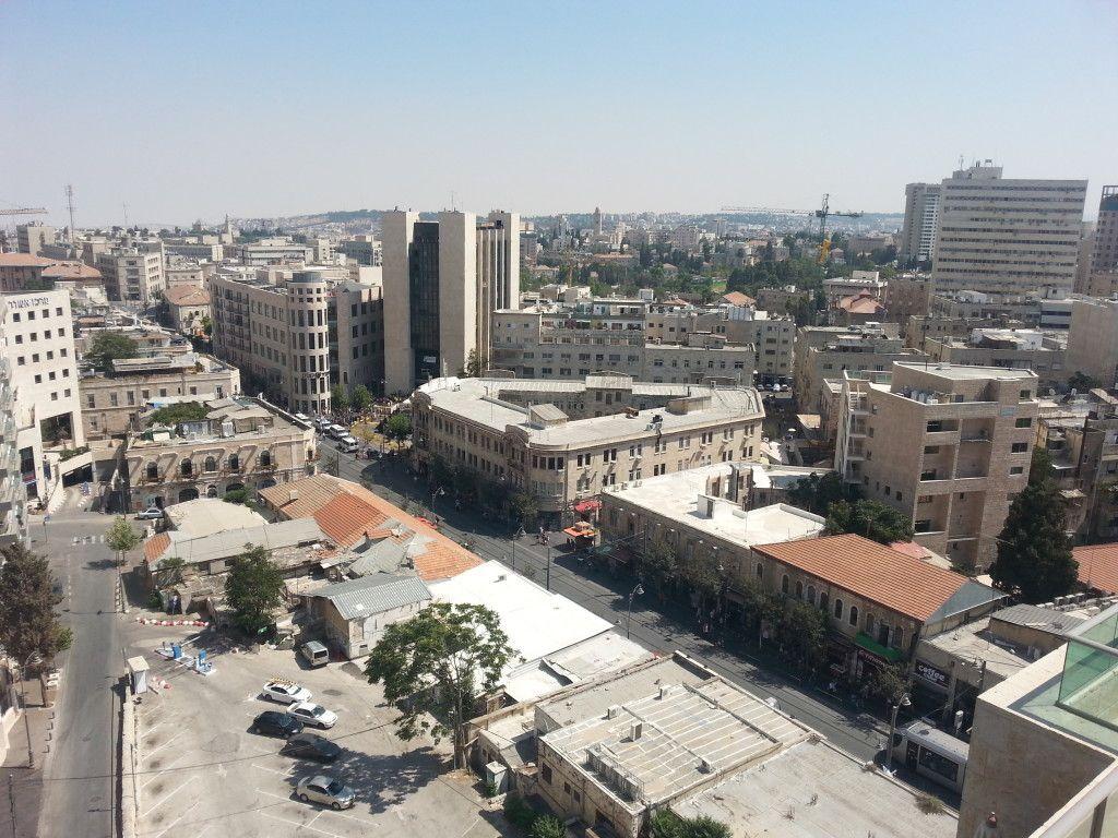 מבט על רחוב יפו וכיכר ציון ממרומי המגדל ברחוב שטראוס 4