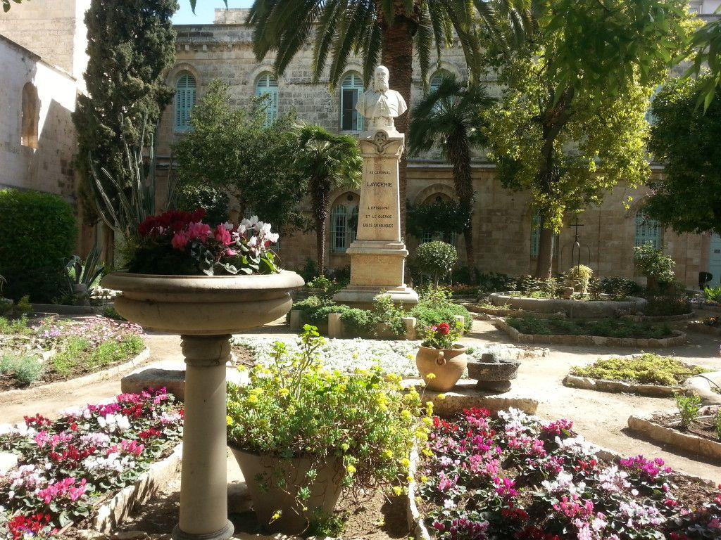 בחצר סנט אנה הפסל הוא של האב לויז'רי מייסד המנזר בירושלים