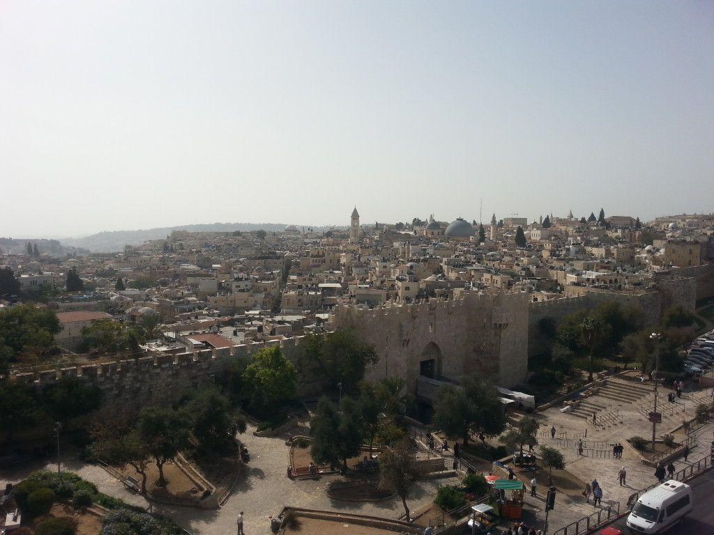 שער שכם והעיר העתיקה. תצפית מגג אכסנית סנט פאולוס
