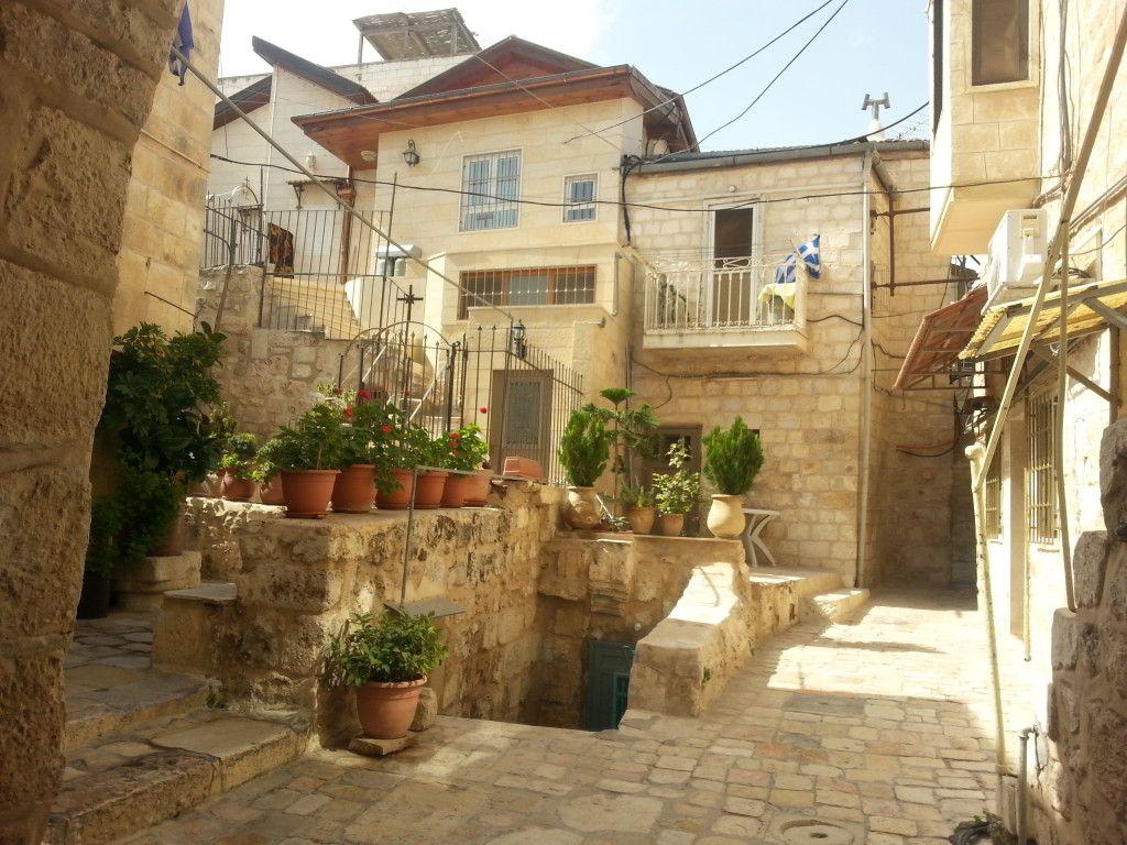 חצר במנזר נשים יווני אורתודוקסי ברובע המוסלמי