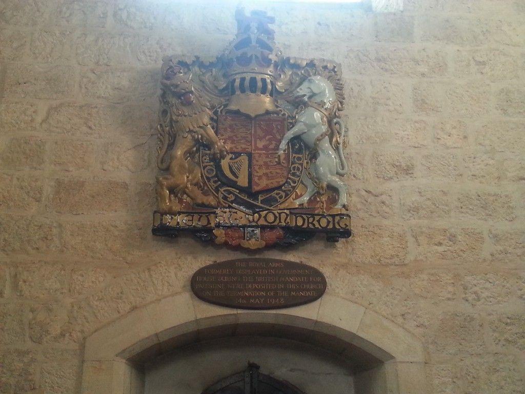 סמל השלטון הבריטי שנלקח מארמון הנציב ומוצב בקתדרלה