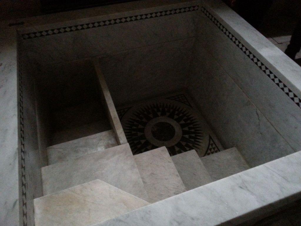 בכניסה לכנסיה משמאל אגן טבילה בצורת מקווה מימי בית שני