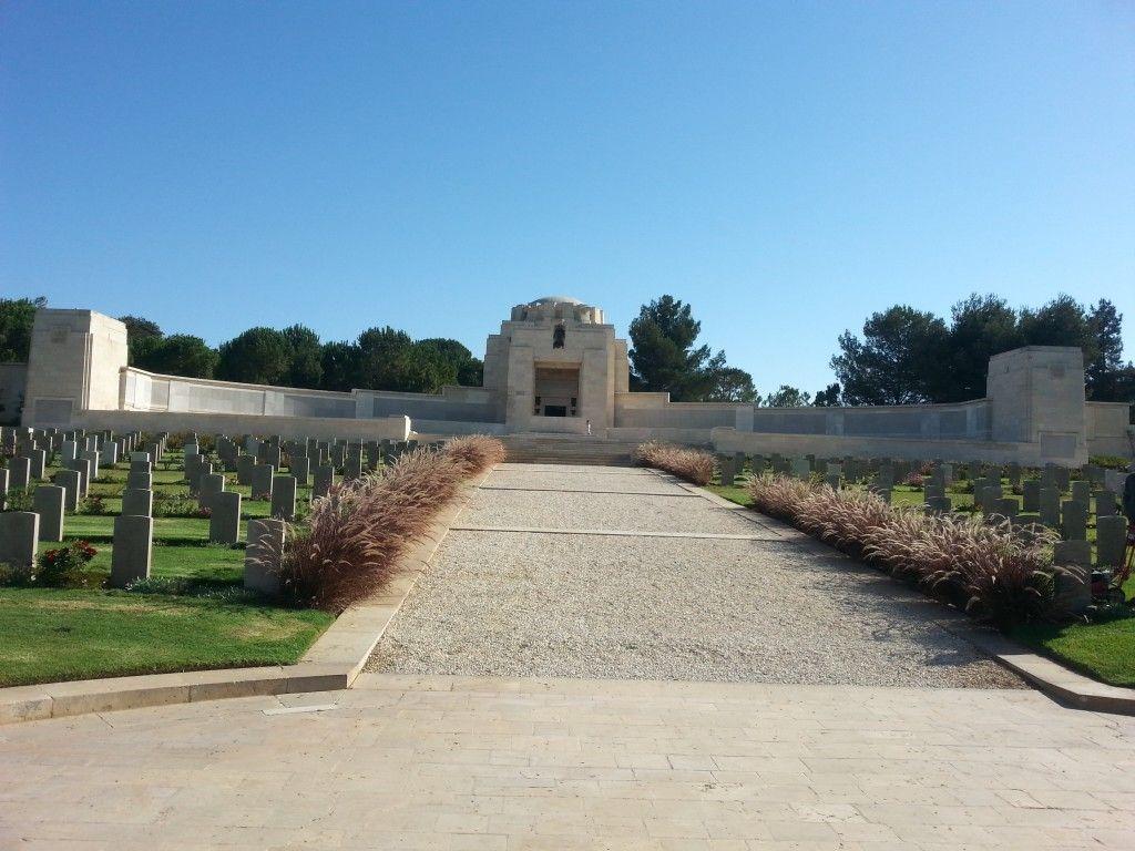 הקפלה עם פסל ג'ורג' הקדוש בראשה (בשחור). משני צידיה קיר ההנצחה לחיילים שמקום קבורתם לא נודע
