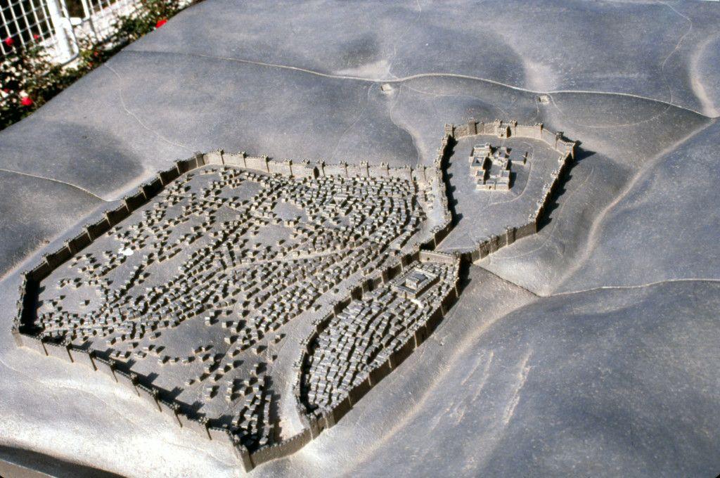 מבנה ירושלים בסוף תקופת בית ראשון לפי הדגם באוניברסיטה המורמונית. צדקיהו ברח משער בין החומותיים הנמצא בין שתי החומות בחלק התחתון בתמונה.