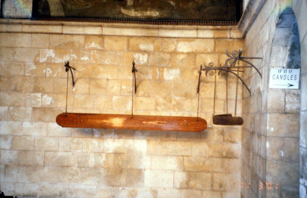 כאשר הנוצרים לא הורשו להשתמש בפעמוני הכנסיות . הם פנו לפתרון יצירתי - הקש בעץ.