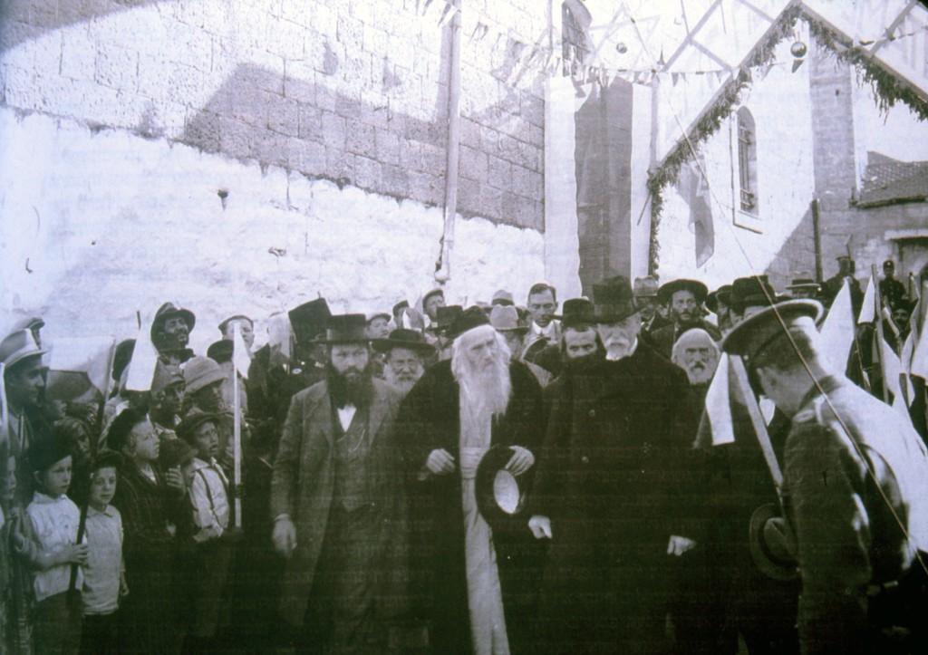 תומס מסריק בשכונה (במרכז עם כובע וזקן לבן) ומימינו ר' חיים זוננפלד