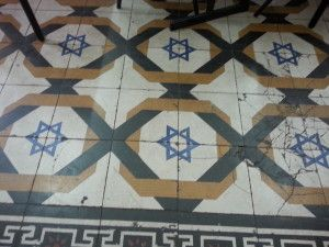 רצפה מעוטרת במגיני דוד בארמון