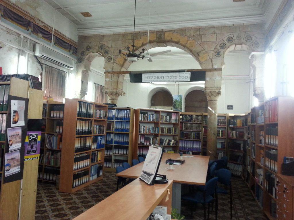בית הכנסת בארמון שמשמש היום כספריה