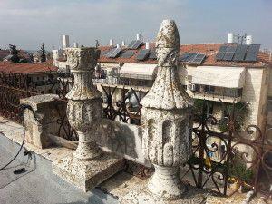 גביעי אבן על הגג