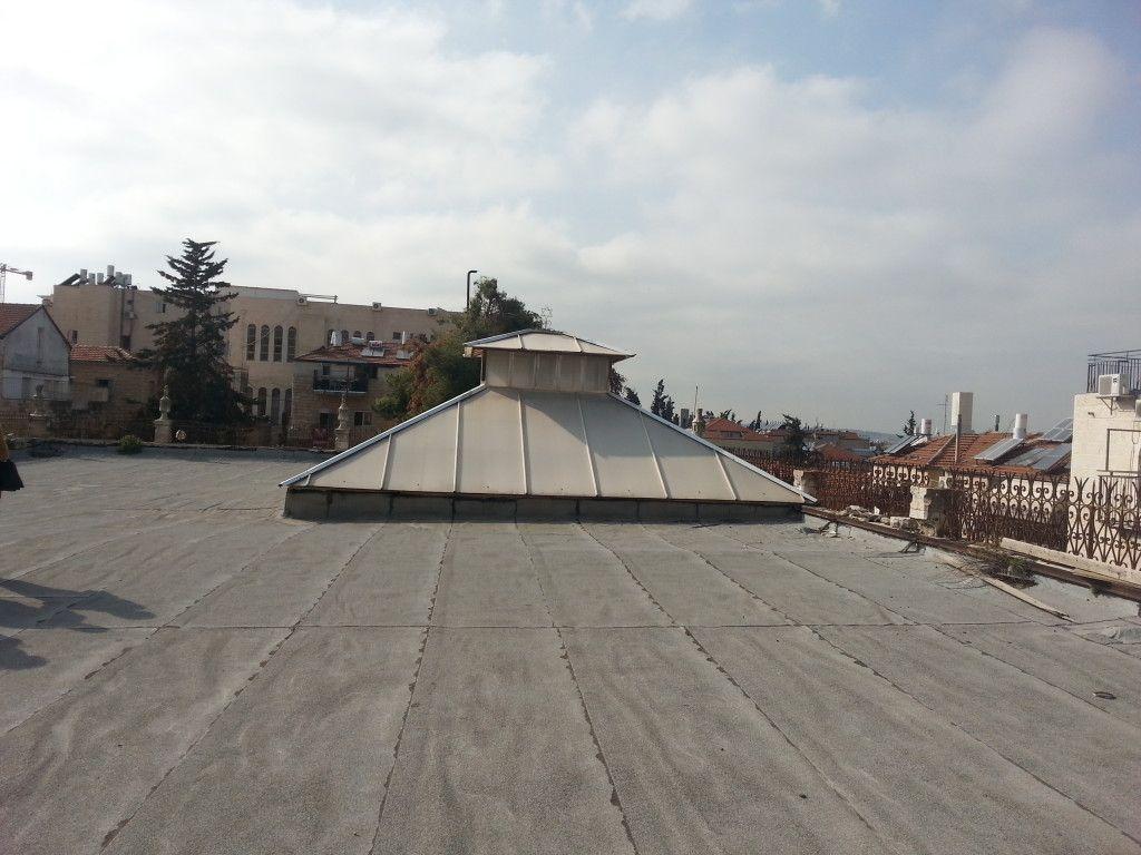 הפירמידה שנעה על גג הארמון כדי לאפשר לסוכה להיות מתחתיה