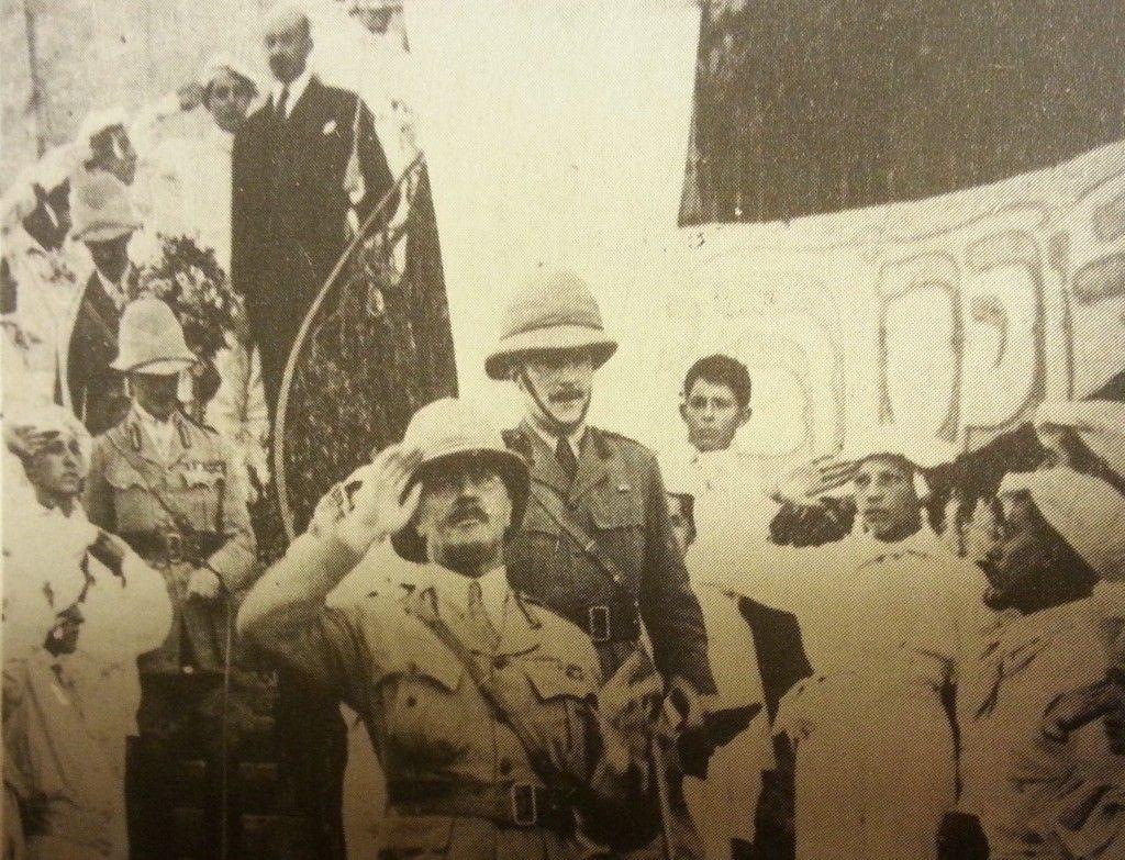 אלנבי בארמון (במרכז התמונה) מאחור נמצא חיים וייצמן בחליפה השחורה.