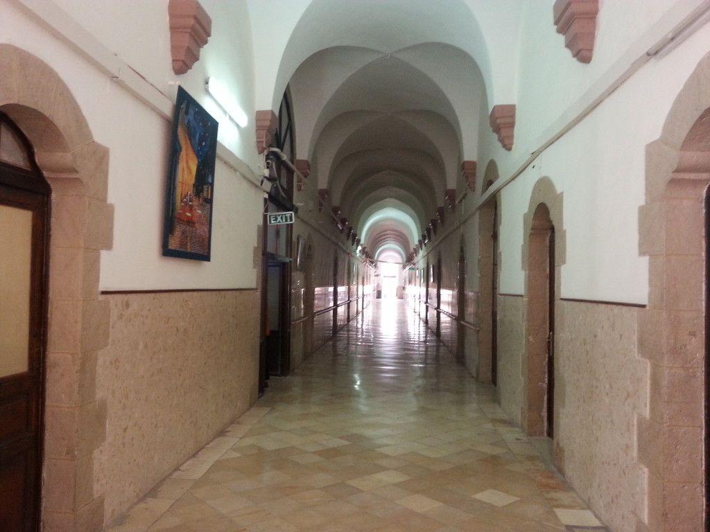 המסדרון לאורך כל המבנה המרכזי