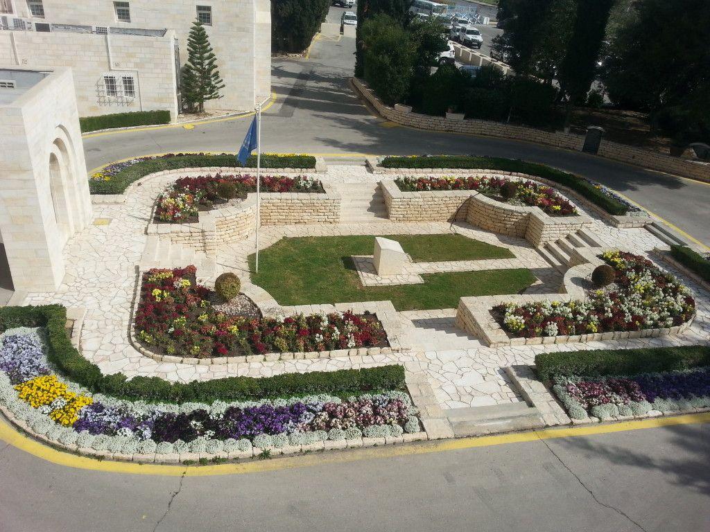 """הגינה בכניסה לבניין להנצחת חללי האו""""ם"""