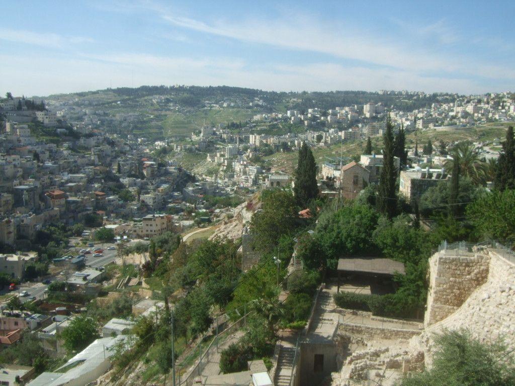 תצפית דרומה: האזור הקרוב הוא עיר דוד ובאופק ארמון הנציב