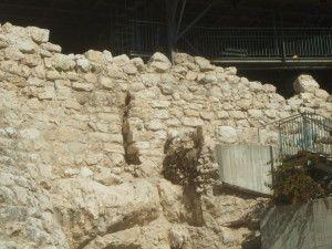 חומת נחמיה מעל למבנה המדורג