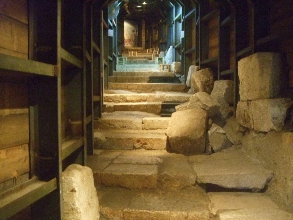 רחוב המדרגות המזרחי. מימין תעלת הניקוז והמדרגות השבורות מעליה