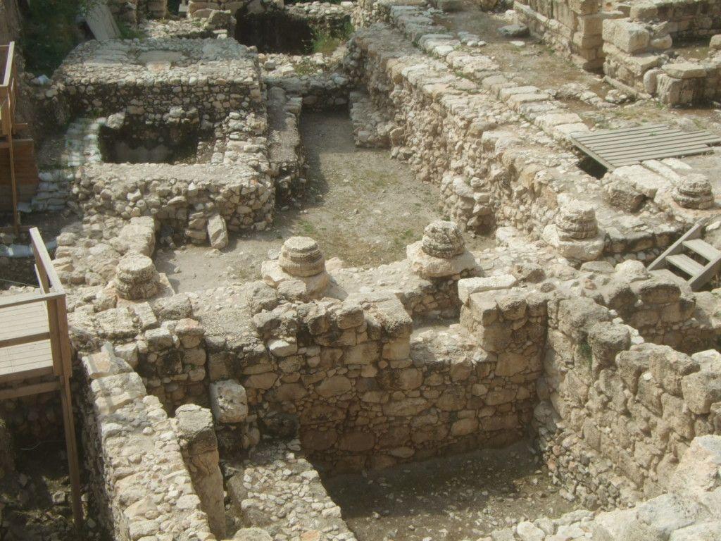 שרידי העמודים סביב לחצר הפנימית באחוזה הרומית