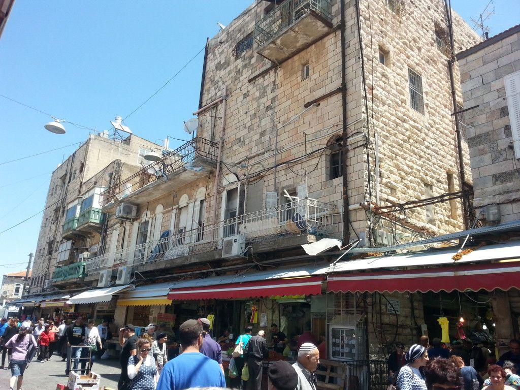 הבניין עם מרפסת הגג במרכזו צילום מרחוב מחנה יהודה