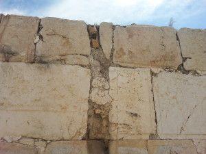 צינורות חרס היורדים מהגג בקיר המערבי של הארמון האומאי