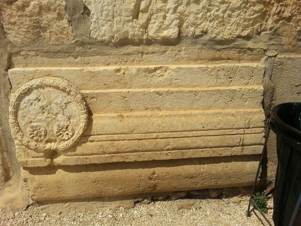 האבן עם הצלב על המגדל הפטימי