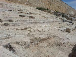 המדרגות המקוריות והמשוחזרות ליד השער המערבי