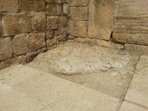 האבן עליה עומדים הנוצרים למרגלות השער הכפול