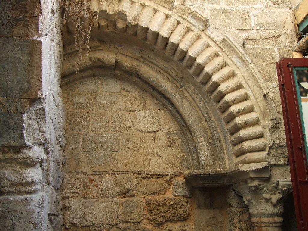 שער מרים - שער כניסה שנאטם לכנסית הקבר בו השתמש הפטריארך בתקופה הצלבנית