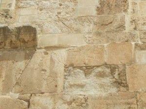 האבן הרומית (במרכז) ליד השער הכפול