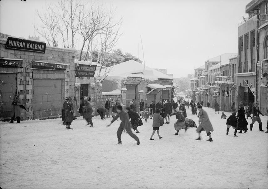 """רחוב יפו בקטע שבין שער יפו וכיחכר צה""""ל בשלג של שנת 1942"""