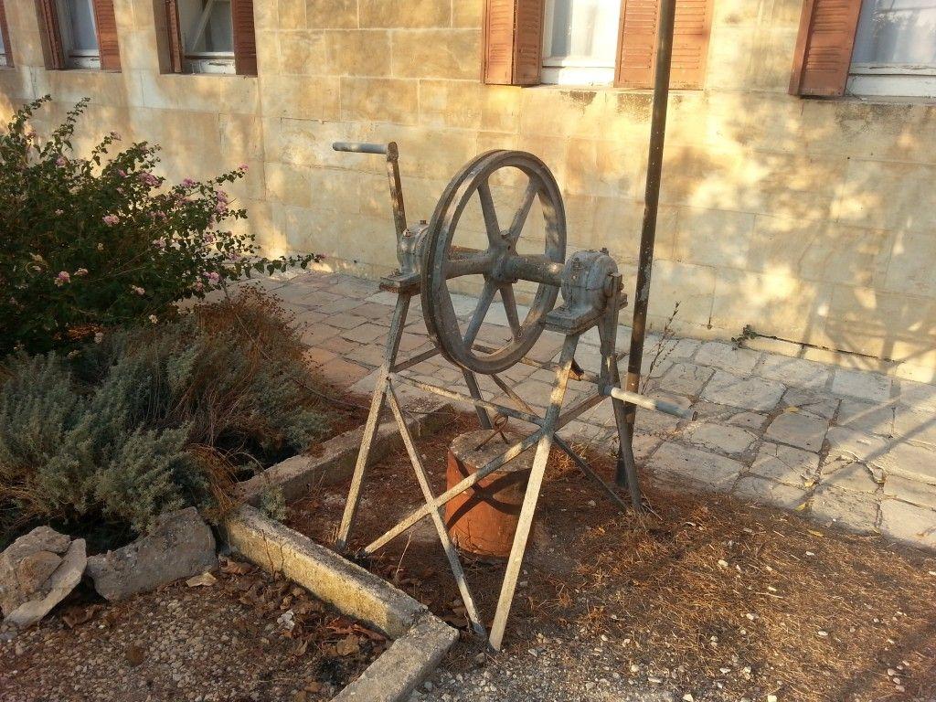 הרכבל בצד השני - בהר ציון בחצר בית ספר גובט