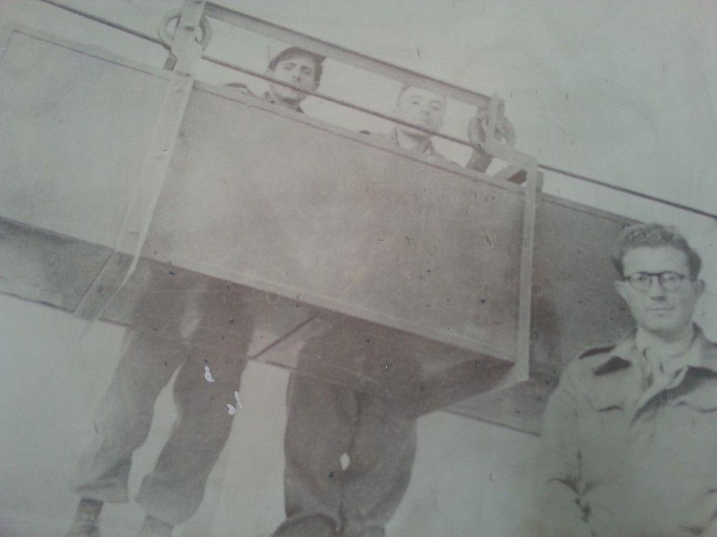 אוריאל חפץ ליד הקרונית