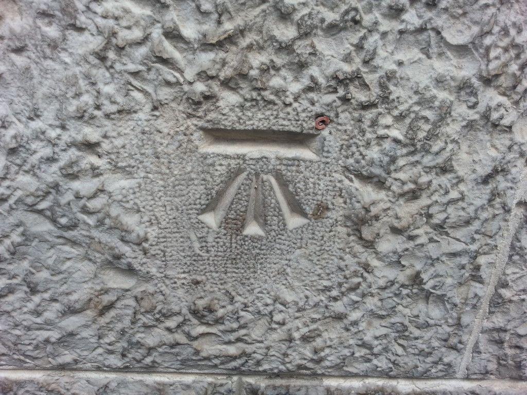 בנצ'מארק משנות ה - 30 ברחוב יפו 34 מימין לכניסה למטה.